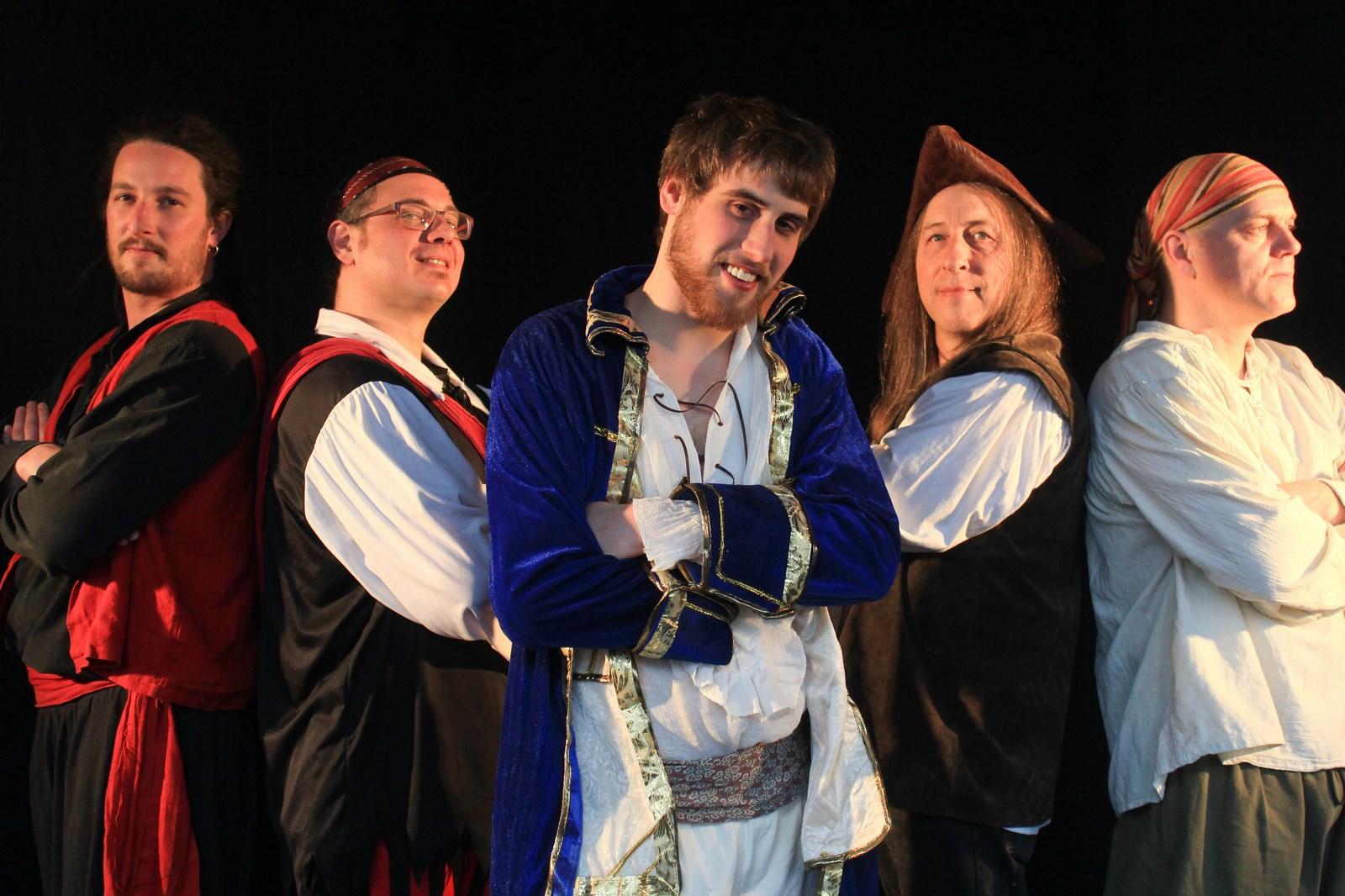 Le Boucanier, le Mousse, le Forban, le Flibustier et le Passager Clandestin, prêts pour une nouvelle tournée et de nombreuses bourrées!